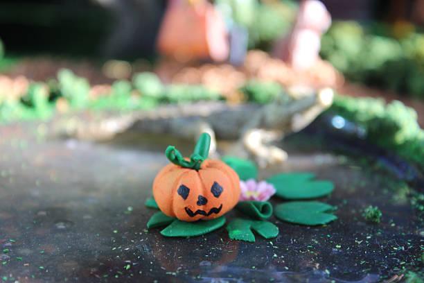 bild des modells halloween ort, mini-häuser, personen, herbst-herbst - teichfiguren stock-fotos und bilder