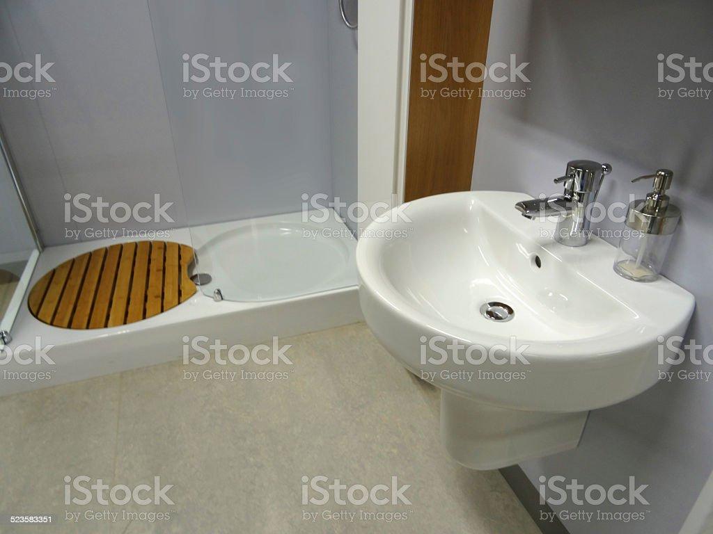 bild des modernen badezimmer weiße wand anbringen