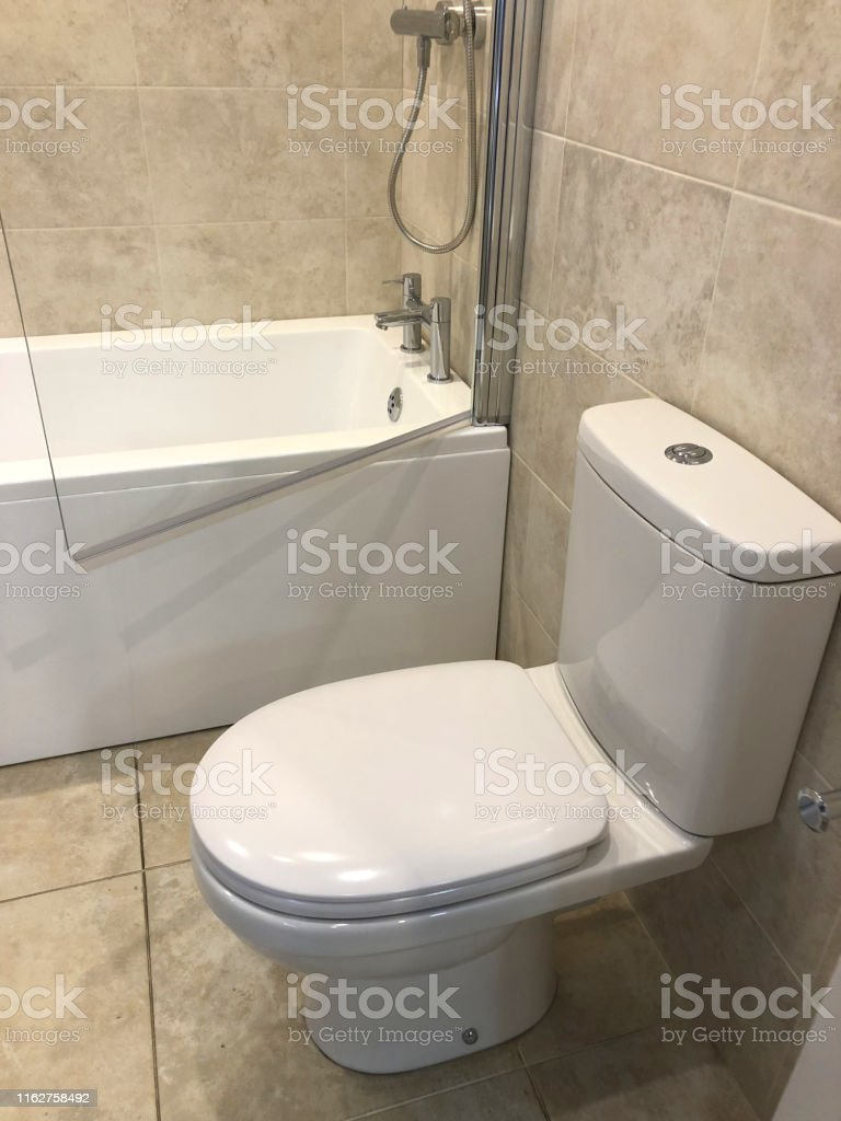 Bild Von Modernen Ensuite Badezimmersuite Mit Boden Weiße ...