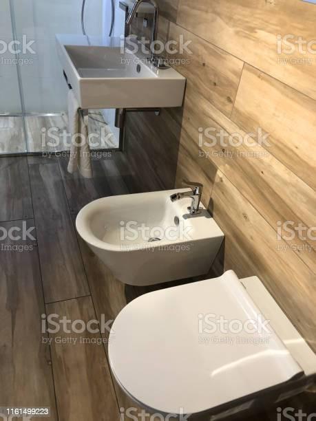Bild Von Modernen Schwedischen Stil Garderobe Waschraum Badezimmer Suite Mit Weisser Wand Aufgehangt Wc Wc Und