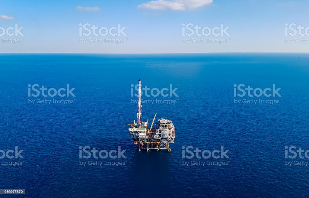 Image of oil platform while cloudless day - aerial view – Foto
