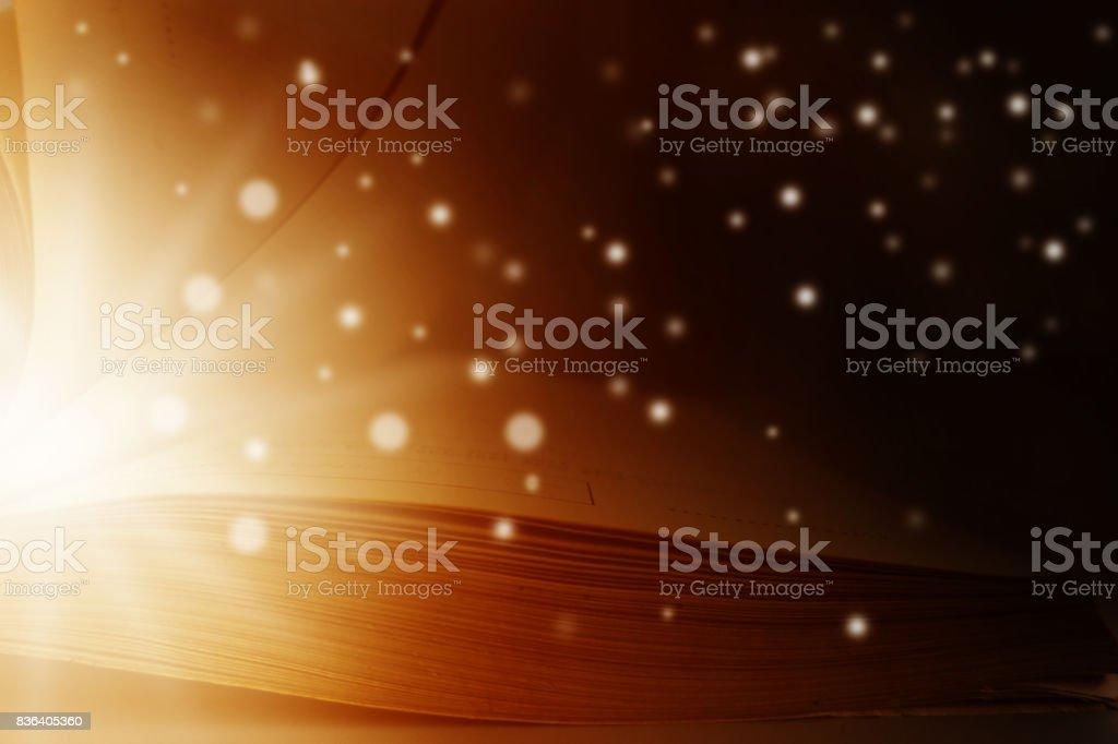 Imagen de libro abierto mágica con luces de estrellas - foto de stock