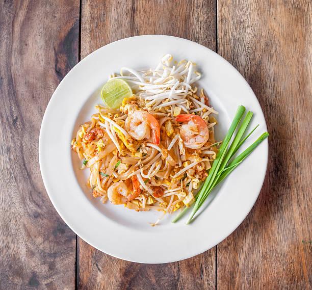 pad thai, sofrito de fideos de arroz - comida tailandesa fotografías e imágenes de stock