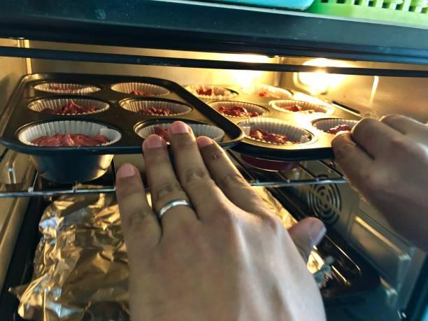 bild von red velvet cupcakes / antihaft-muffinbackblech / kuchen im heißen ofen, home backen foto - alufolie backofen stock-fotos und bilder