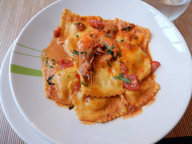 Meeresfrüchte-ravioli pasta, edlen Tomatensauce, Riesengarnelen – Foto