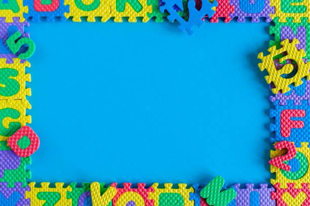 圖像的簡單海報幀的兒童玩具益智。藍色背景的樣機和範本場景圖像檔