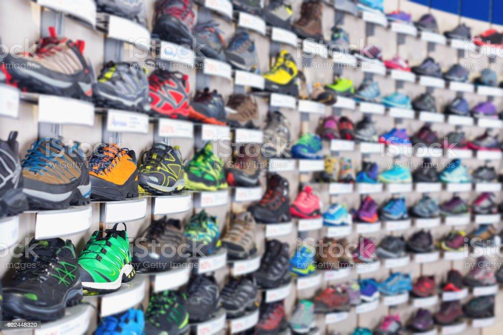 Imagem de sapatos coloridos de esporte na vitrine - foto de acervo