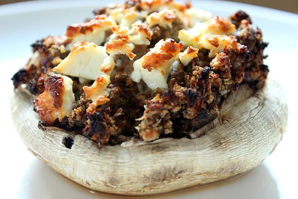 bild von gefüllte portobello-pilzen und stilton, knoblauch, ziegenkäse - gebackene champignons stock-fotos und bilder