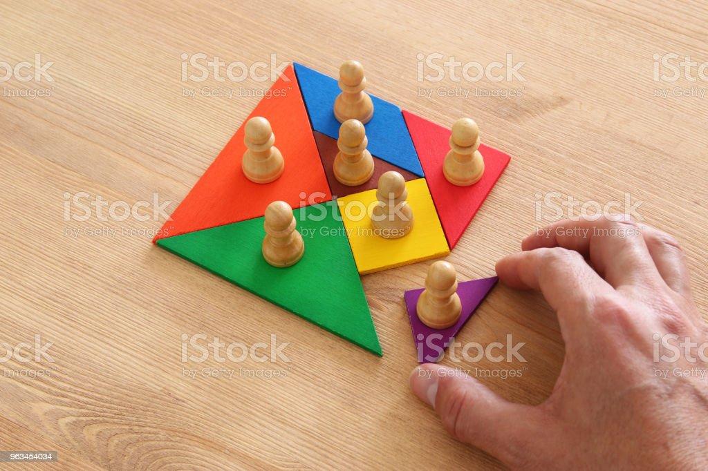 tangram bulmaca blokları ile satranç figürleri ahşap masa, insan kaynakları ve yönetim kavramı üzerinde görüntü. - Royalty-free Acemi asker Stok görsel