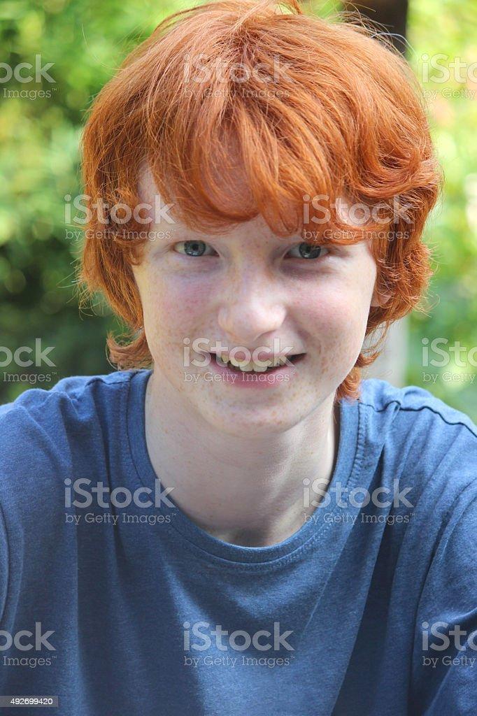 Photo de jeune garçon portrait avec coiffure courte Zone rouge et au gingembre - Photo