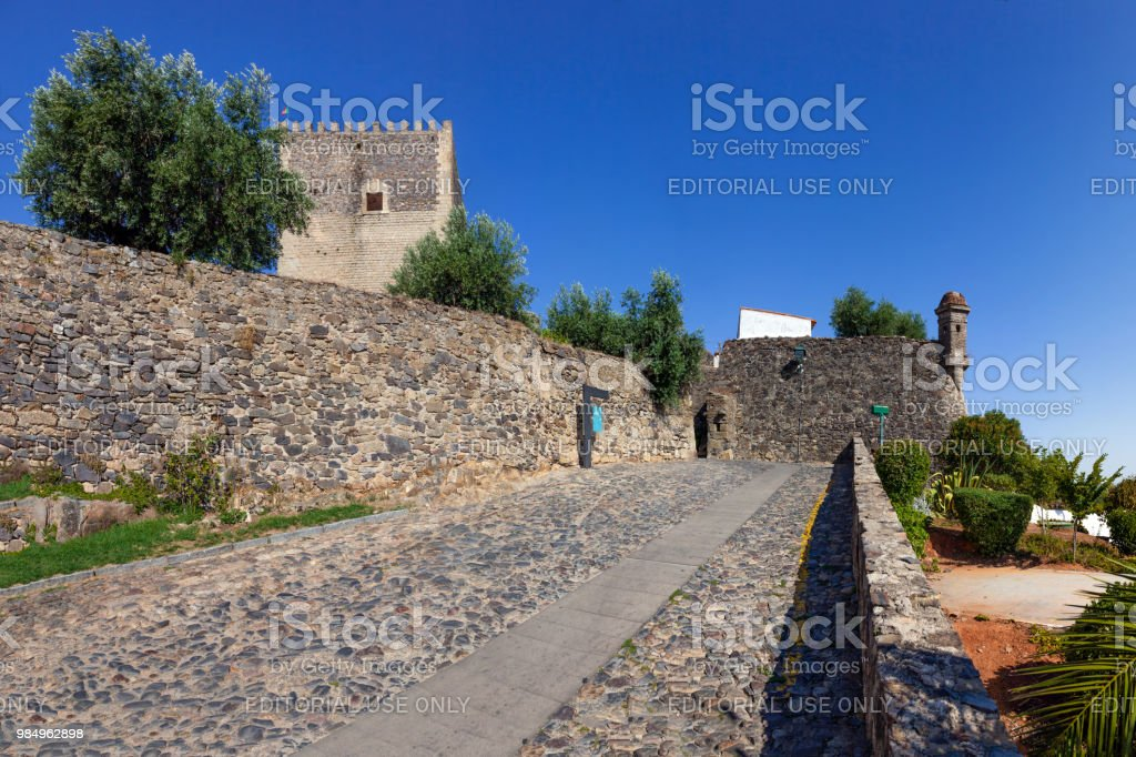 Image of the street that leads to the Castelo de Vide castle entrance.