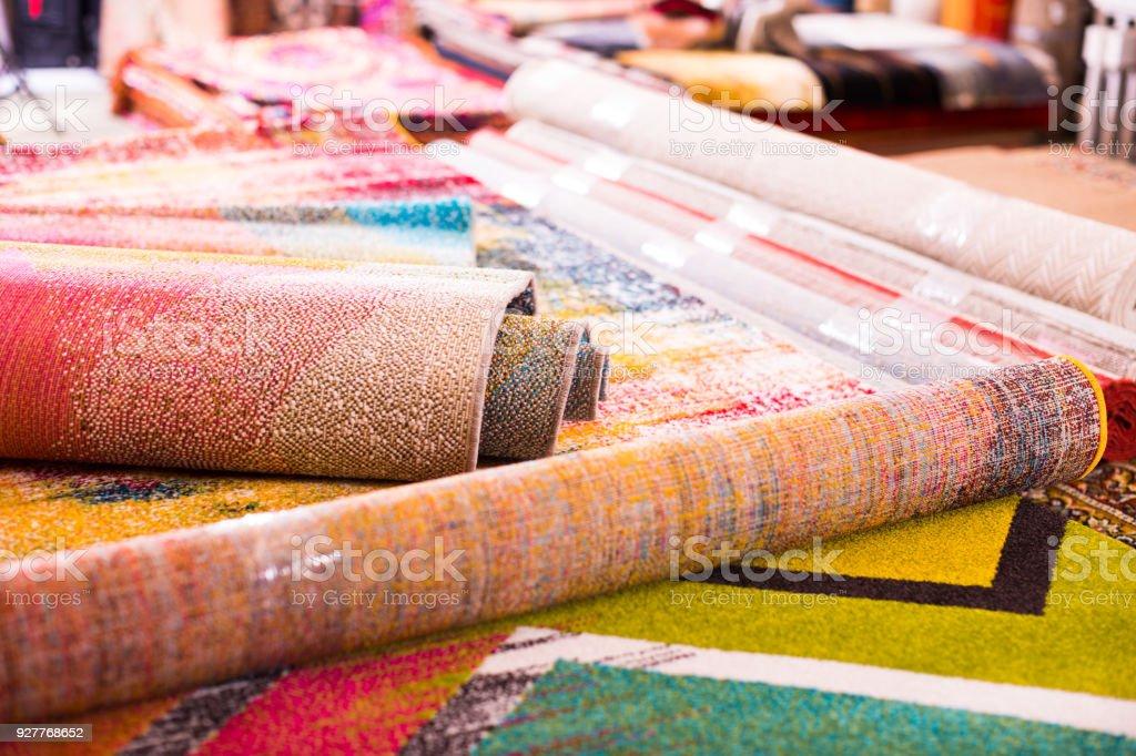 Imagem de tapetes de lã tradicionais no mercado de tapete - foto de acervo