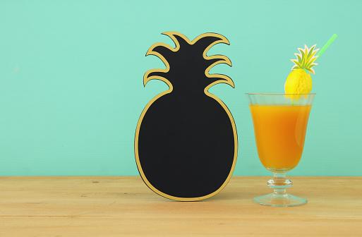 Tropikal Ve Egzotik Meyve Kokteyl Yanındaki Boş Ananas Blackboard Için Kopya Alanı Ahşap Masa Üzerinde Görüntü Stok Fotoğraflar & Ananas'nin Daha Fazla Resimleri