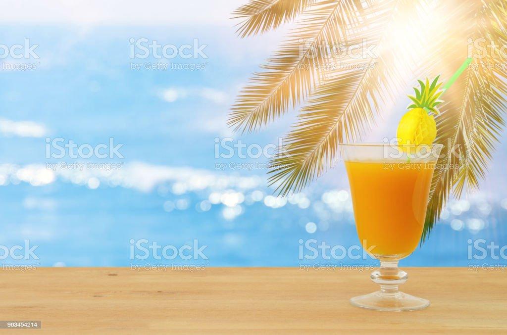 tropikal ve egzotik meyve kokteyl ahşap masa deniz manzara arka planını infront üzerinde görüntü. - Royalty-free Ananas Stok görsel