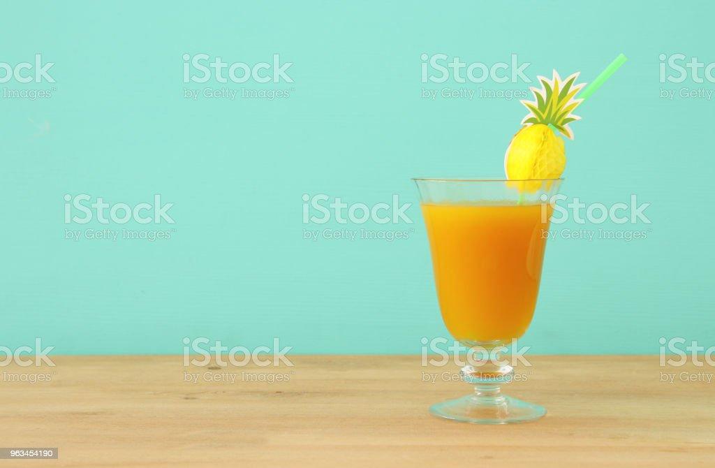 tropikal ve egzotik meyve kokteyl ahşap masa üzerinde görüntü. - Royalty-free Ananas Stok görsel