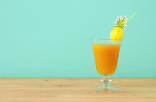 Tropikal Ve Egzotik Meyve Kokteyl Ahşap Masa Üzerinde Görüntü Stok Fotoğraflar & Ananas'nin Daha Fazla Resimleri