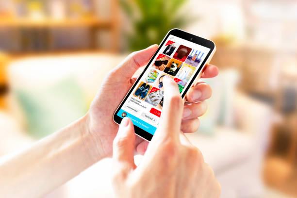 imagen de uso de la aplicación de mercado de pulgas en interiores 5238 - social media fotografías e imágenes de stock