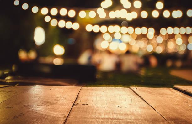 Bild von hölzernen Tisch vor abstrakt verschwommenen Restaurantleuchten Hintergrund – Foto
