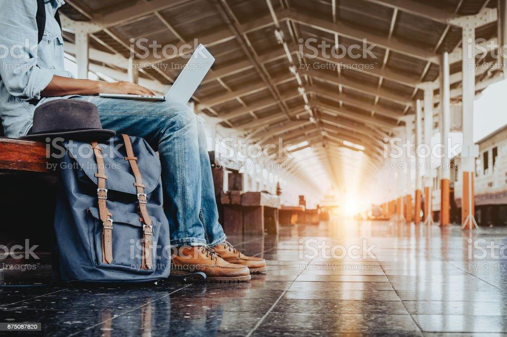 Bild des jungen freier Arbeiten am Bahnhof vor der Reise. Arbeiten Sie und Reisen Sie Konzept. – Foto