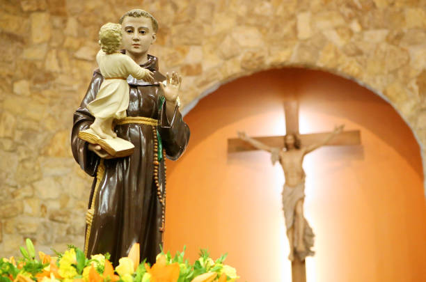 Image Santo Antônio Imagem de Santo Antônio de Pádua (Lisboa), santo católico cuja festividade se celebra dia 13/06. É conhecido como o santo casamenteiro. st. anthony of padua stock pictures, royalty-free photos & images