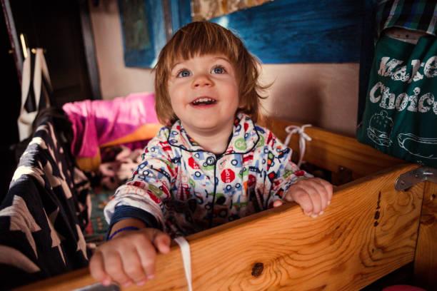 phantasievolle junge spielt im bett - etagenbett weiss stock-fotos und bilder