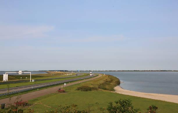 enorme dam ten noorden van Nederland met de snelweg foto