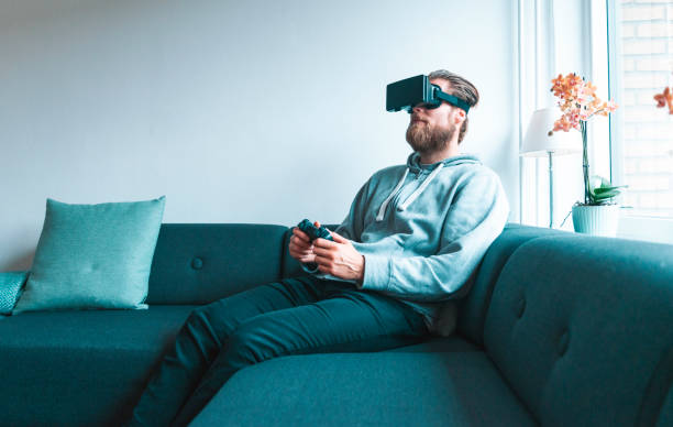 immersive video game played by man wearing a virtual reality headset - ritratto 360 gradi foto e immagini stock