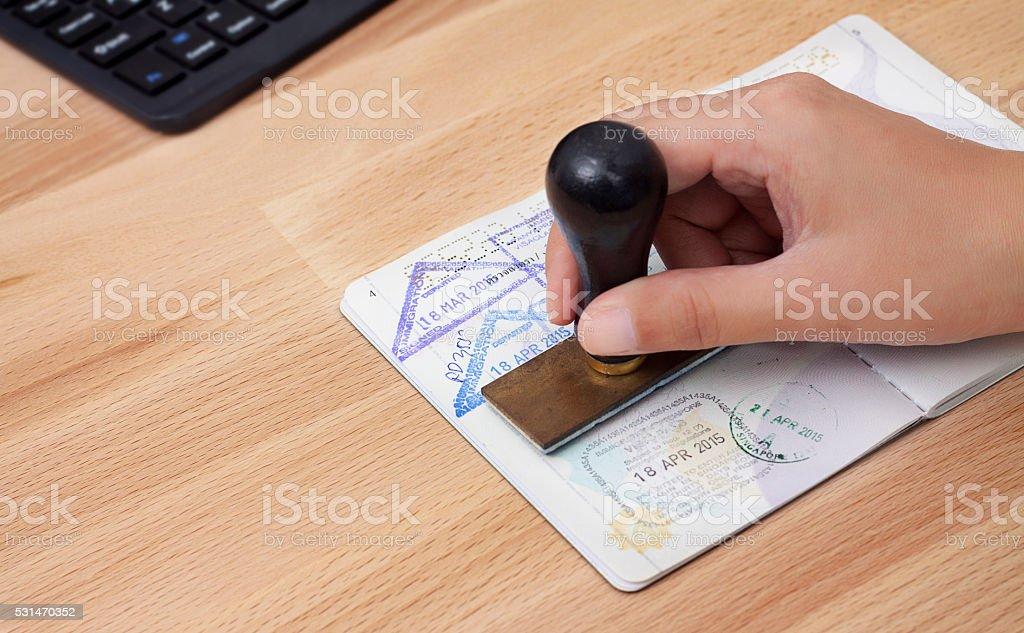 入国管理責任者は、ご到着時には、パスポートのスタンプ ストックフォト