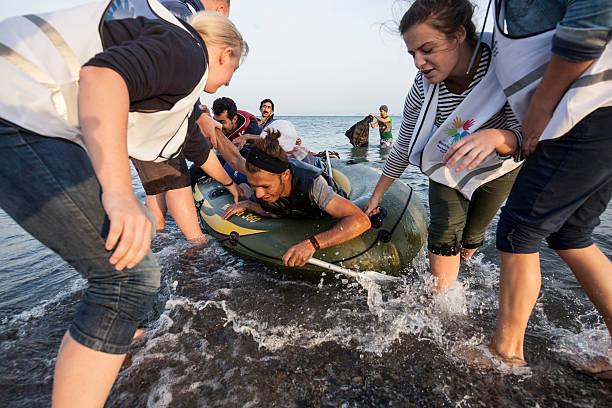 la inmigración crisis - ayuda humanitaria fotografías e imágenes de stock