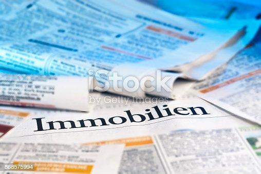 Immobilienanzeigen in der Tageszeitung mit dem Schriftzug