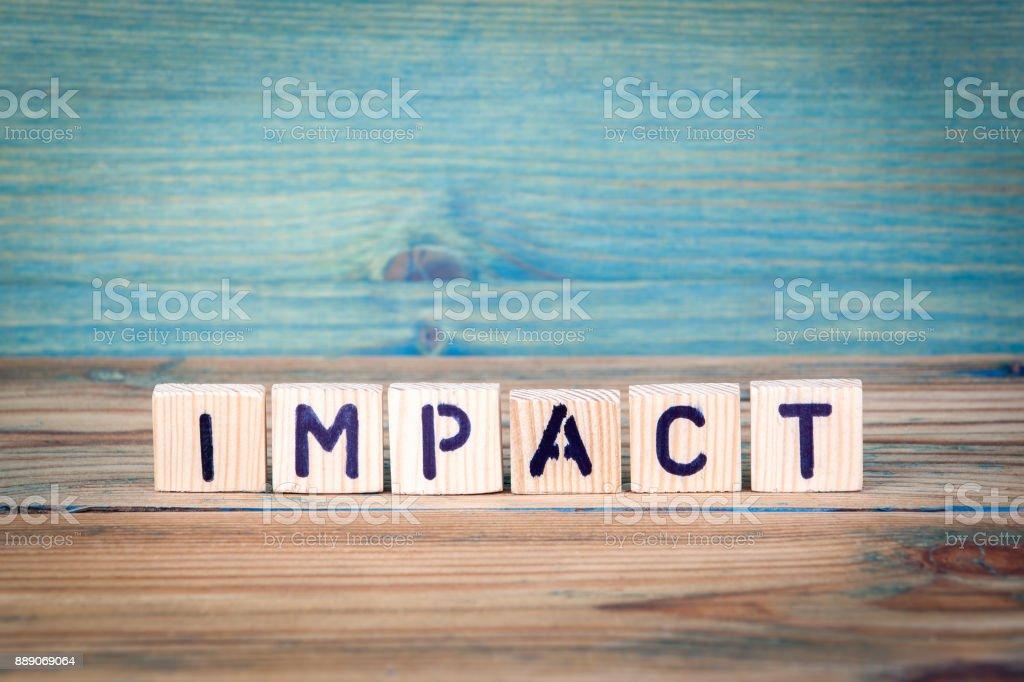 Impact - Namen von Holzbuchstaben. Büro-Schreibtisch, informativ und Kommunikation-Hintergrund – Foto