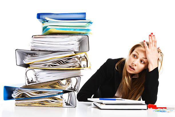 Impossível quantidade de trabalho overhelms infeliz jovem Empresária - foto de acervo