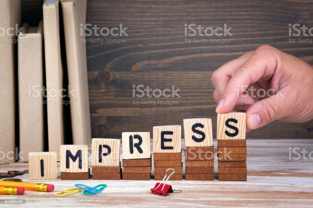 Impresiona el concepto. Letras de madera en el escritorio de oficina, informativo y de comunicación fondo - foto de stock