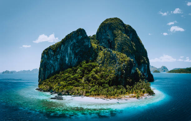 Impressive aerial drone panoramic picture of tropical Pinagbuyutan Island, small cute ipil beach surrounded by azure blue ocean. El Nido, Palawan, Philippines Impressive aerial drone panoramic picture of tropical Pinagbuyutan Island, small cute ipil beach surrounded by azure blue ocean. El Nido, Palawan, Philippines. pinagbuyutan island stock pictures, royalty-free photos & images