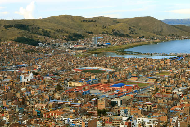 チチカカ湖の印象的な空中ビュー, プーノの街並みを持つ世界で最高の航行湖, ペルー, 南アメリカ - プノ ストックフォトと画像
