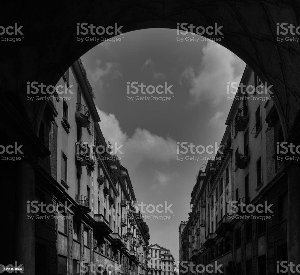 밀라노의 포 르 타 베네치아 지구, 롬바르디아, 이탈리아의 Tommaso Salvini 통해 전통적인 밀라노 건물의 인상적인 아치 프레임 - 로열티 프리 0명 스톡 사진