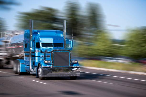 beeindruckende angepasste blauen truck sattelschlepper mit tank-anhänger mit hohen chrom-rohren und chrom-accessoires auf der stadt-straße - aufgemotzte trucks stock-fotos und bilder