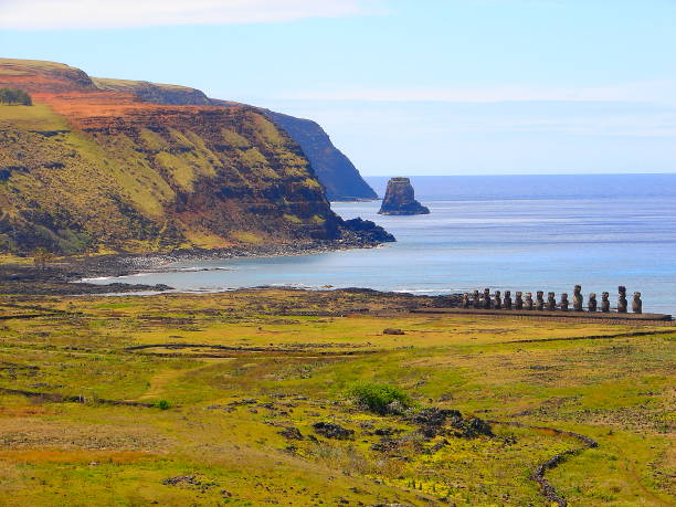 beeindruckende osterinsel - rapa nui hochkultur - moai-statuen in idyllischer landschaft und dem pazifischen ozean wellen an der küste an land, dramatische landschaft panorama – chile - osterinsel stock-fotos und bilder