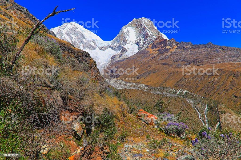 Impressionante Huscaran montanha - Cordilheira Blanca - Huaraz, Cordilheira dos Andes de Ancash, Peru - foto de acervo