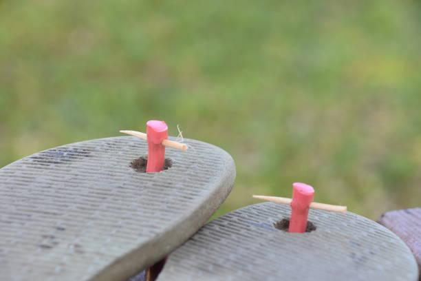 improvisation-patch für riemen-konzept - flip flops reparieren stock-fotos und bilder