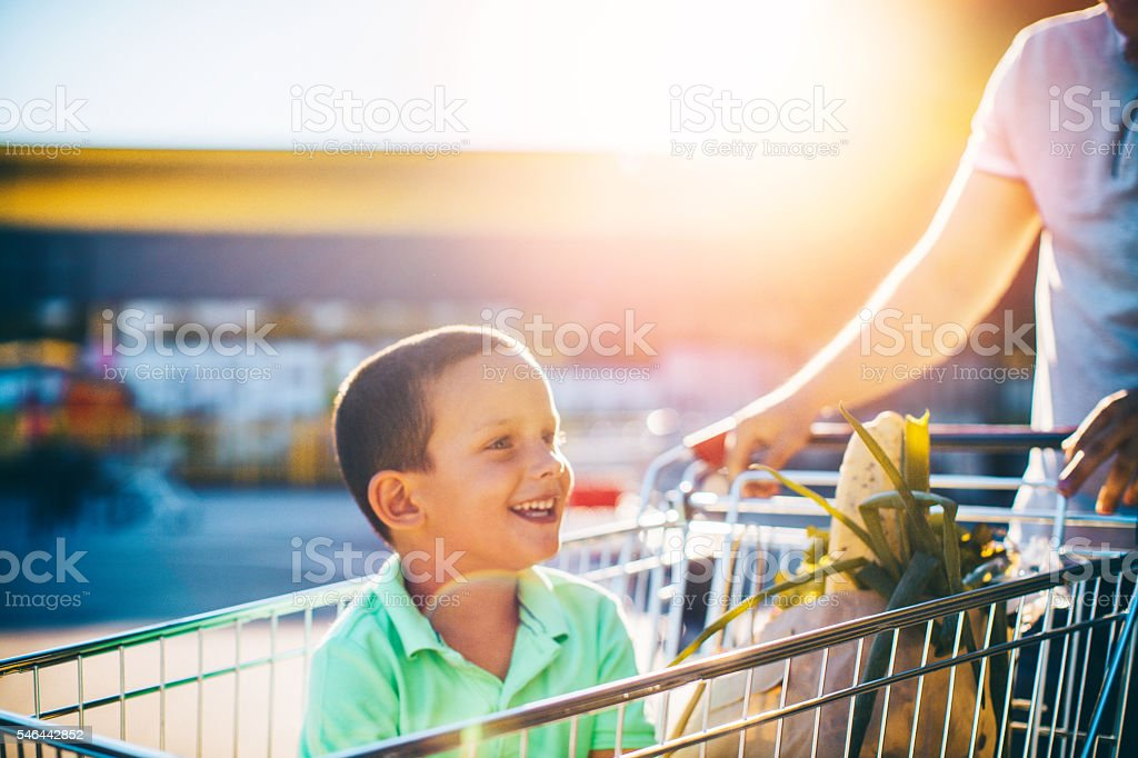 In a grocery shopping with my dad - foto stock
