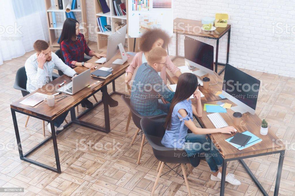 En una gran oficina brillante son escritorios de trabajo con computadoras. - foto de stock