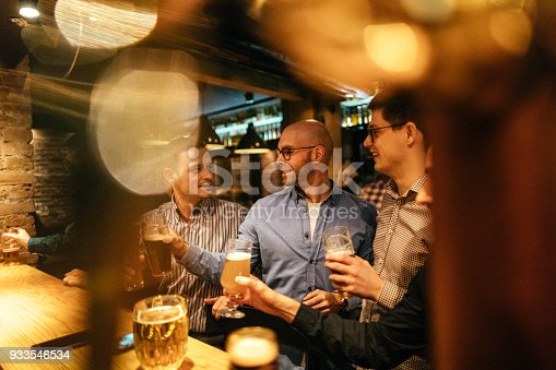 933516938 istock photo In a pub with my friends 933546534