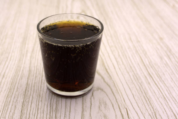 in einem eisglas. ein leicht kohlensäurehaltige malz-getränk, hergestellt aus gerste und hopfen. auch bekannt als. - malzbier stock-fotos und bilder