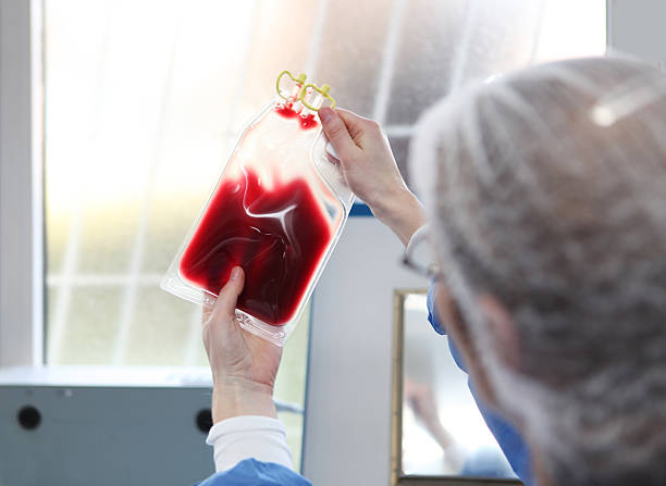 Im Blut bank.Doctor in hazmat passende ist, die Blutkonserve – Foto