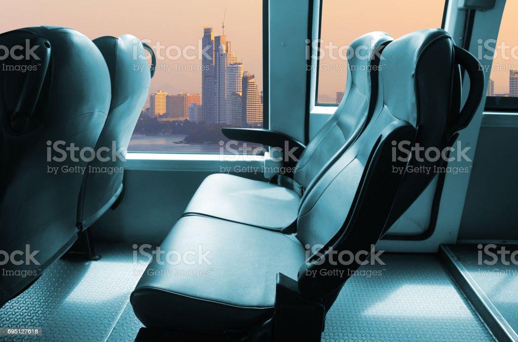 en el asiento del autobús con ventana - foto de stock
