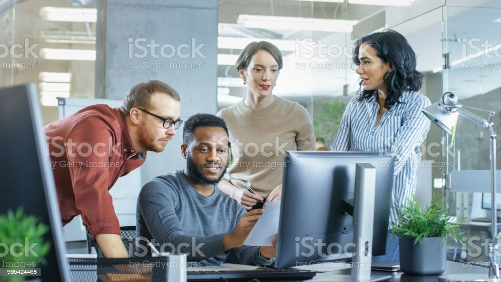 In belebten Corporate Office Team Diverse junge kreative Arbeiten an einer Lösung des Problems. Gemeinsam versuchen sie, Kollegen, Problem zu lösen helfen. - Lizenzfrei Arbeiten Stock-Foto