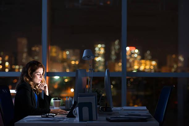 en la oscuridad, oficina - trabajar hasta tarde fotografías e imágenes de stock