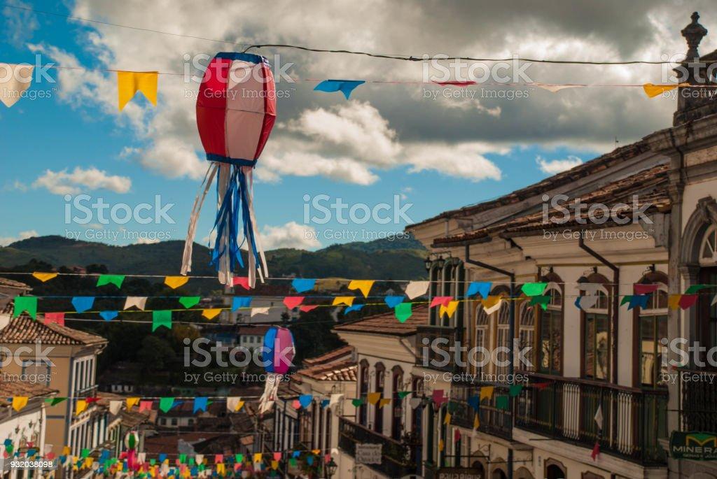 Na primeira planície colorido balão e bandeiras decoram a rua para festa junina no Brasil. Também chamado de