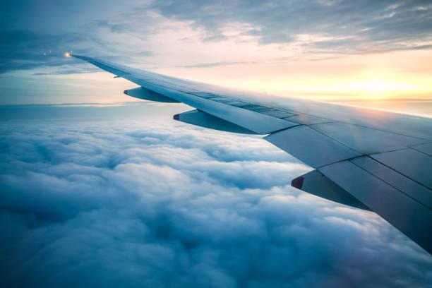 en vuelo - avión fotografías e imágenes de stock